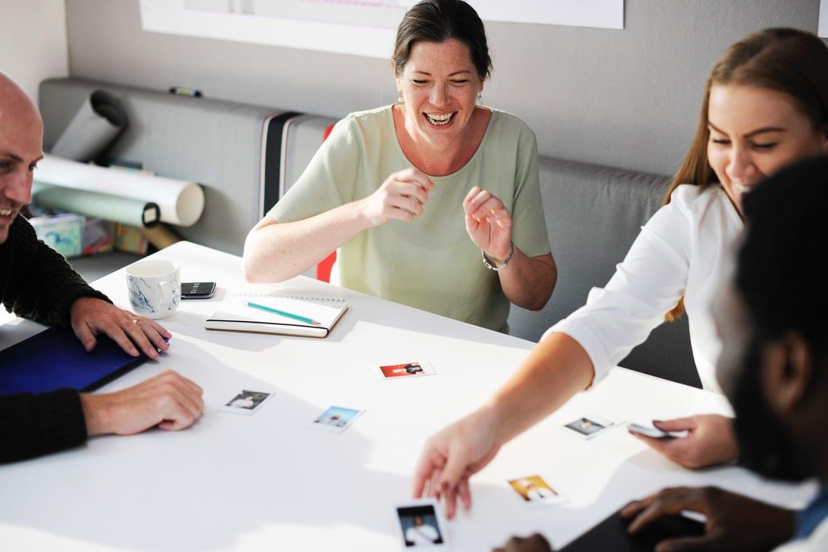 adults employees table autour d'une table salariés