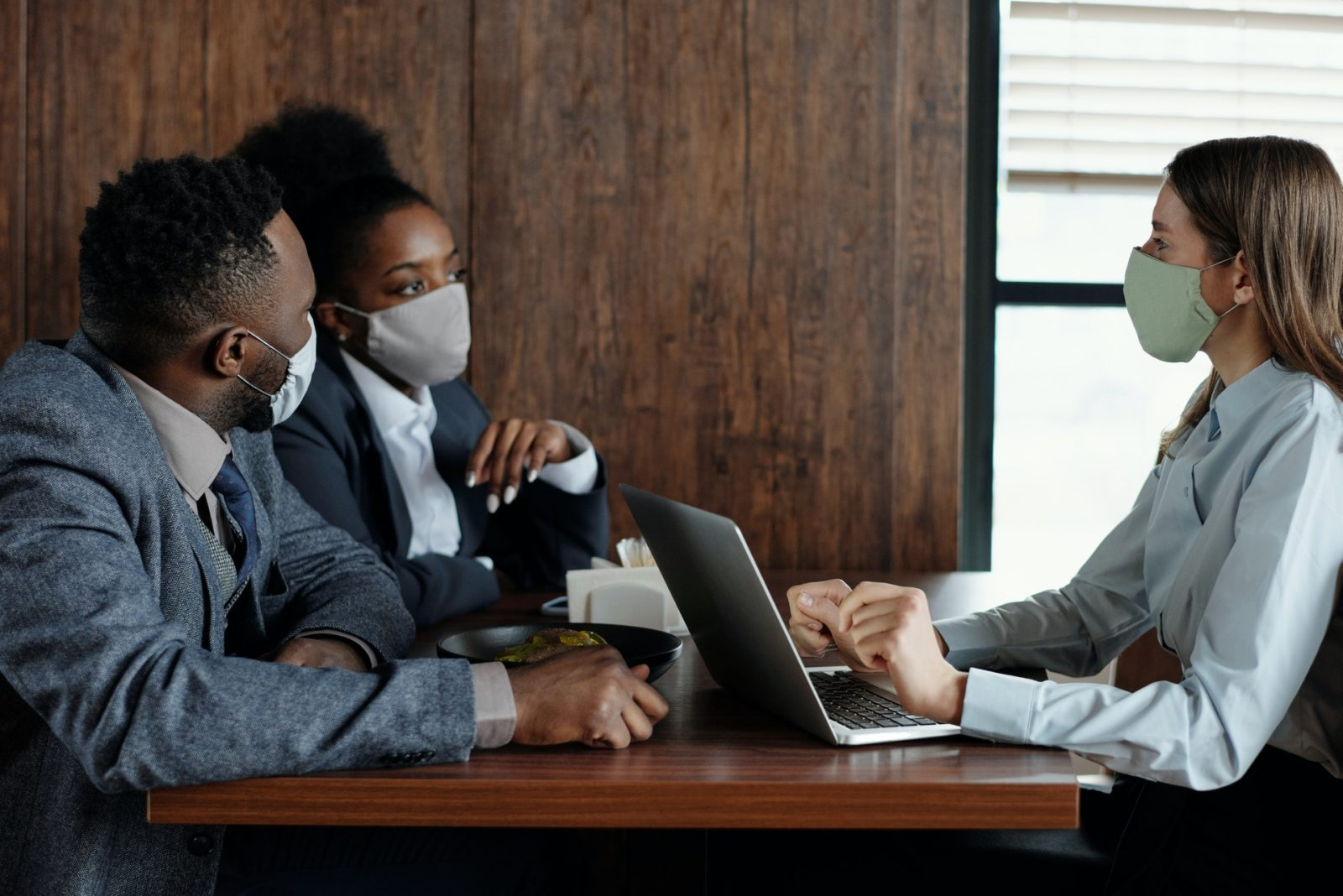 Collaborateurs agiles dans bureau - Covid19